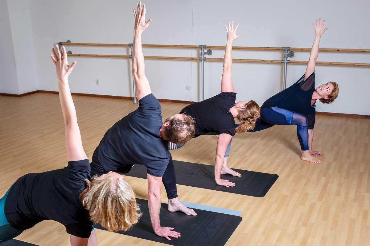 Yoga Flow Zuidlaren low lunge twist yoga voor mannen en vrouwen in Zuidlaren