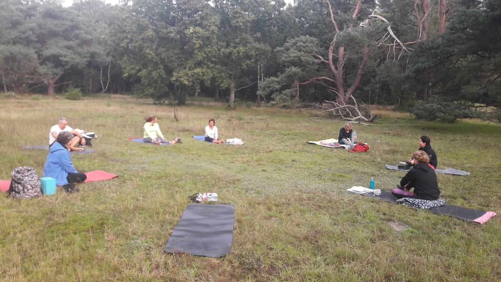 Yoga in de natuur, buitenles, actief bewegen en werken aan ontspanning